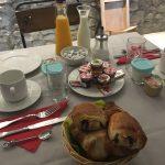 Yaourts maison, pain au chocolat, croissants