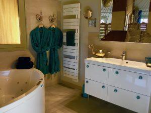 Miroir grossissant, porte serviette, sèche cheveux , peignoirs, produits d'accueils